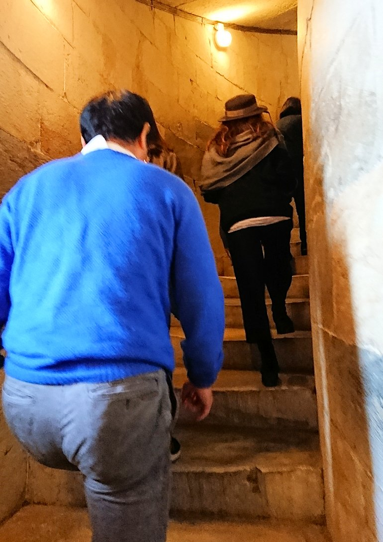 ピサの斜塔の中に入り階段を上っていきます2