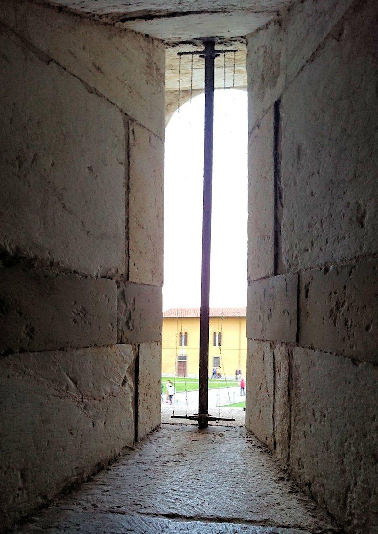 ピサの斜塔の中に入り階段を登る途中の窓
