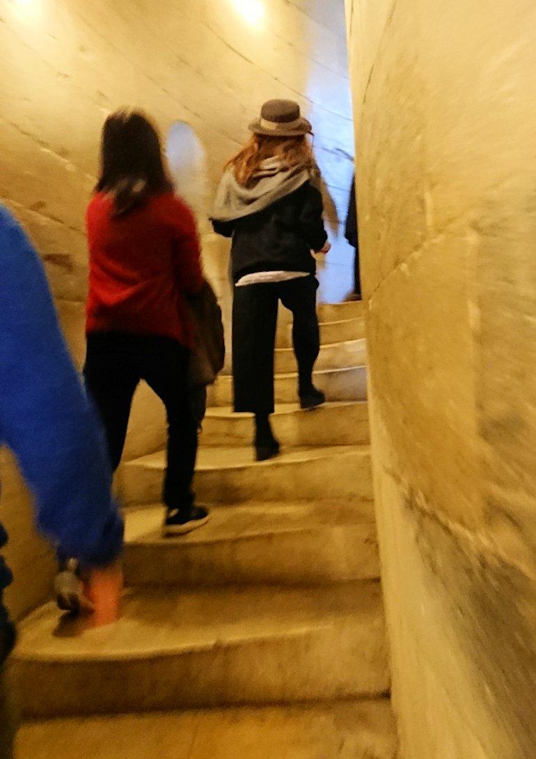 ピサの斜塔の中に入り階段を上っていきます3