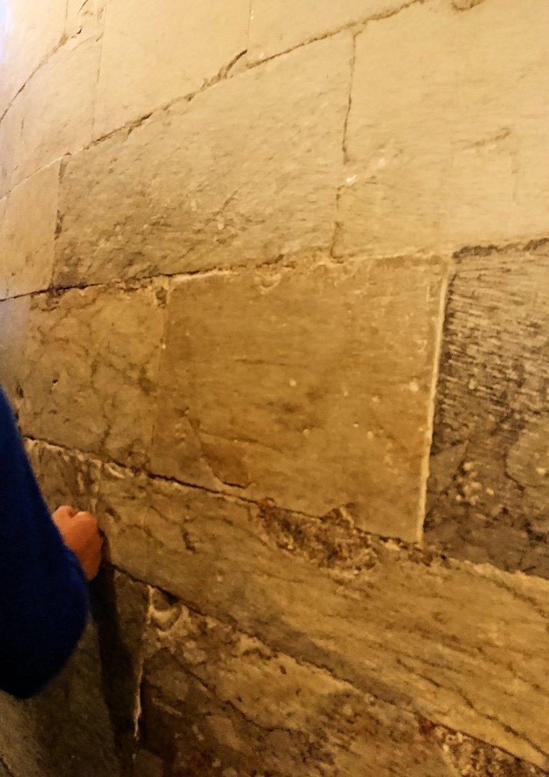 ピサの斜塔の内部の壁