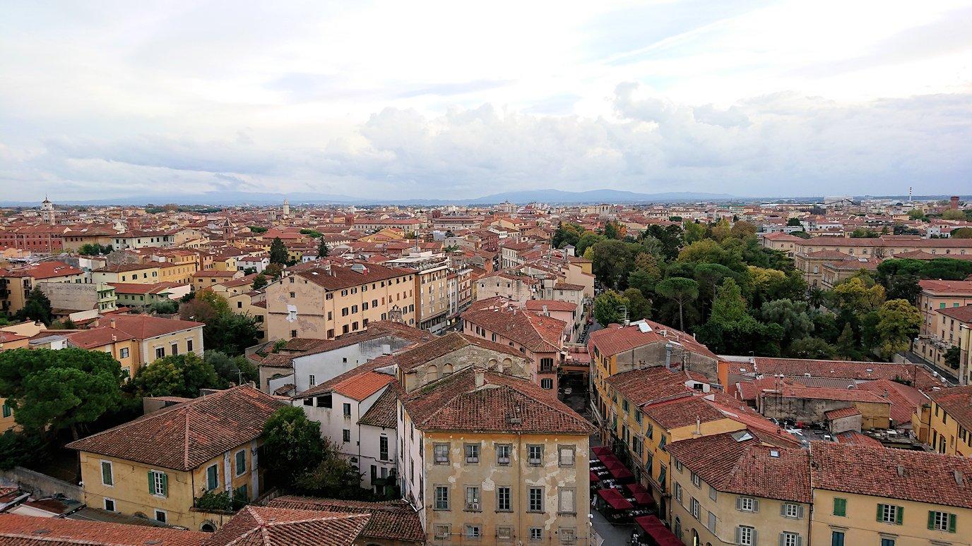 ピサの斜塔の頂上からピサの街の風景を見る