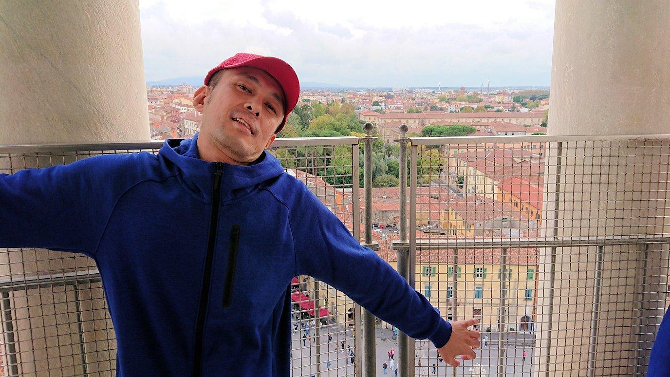 ピサの斜塔の頂上からポーズ
