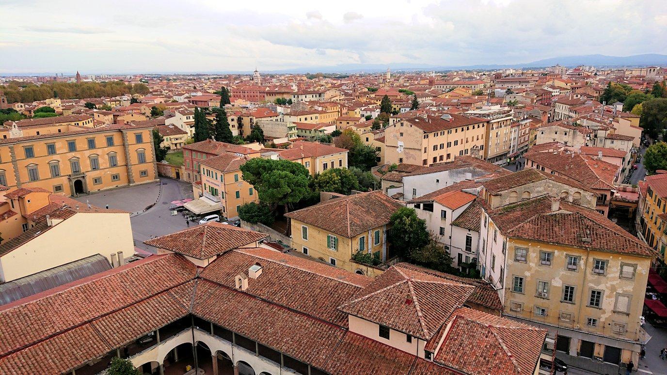 ピサの斜塔の頂上からピサの街の風景を見る2