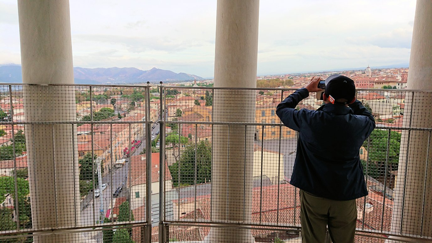 ピサの斜塔の頂上からピサの街の風景を見る5