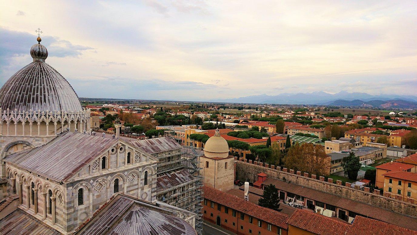 ピサの斜塔の頂上からピサの街の風景を見る3