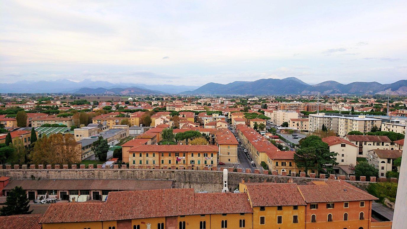 ピサの斜塔の頂上からピサの街の風景を見る4