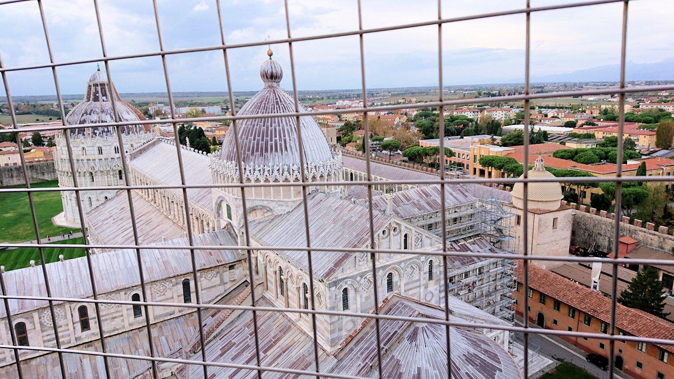 ピサの斜塔の頂上から大聖堂を見る