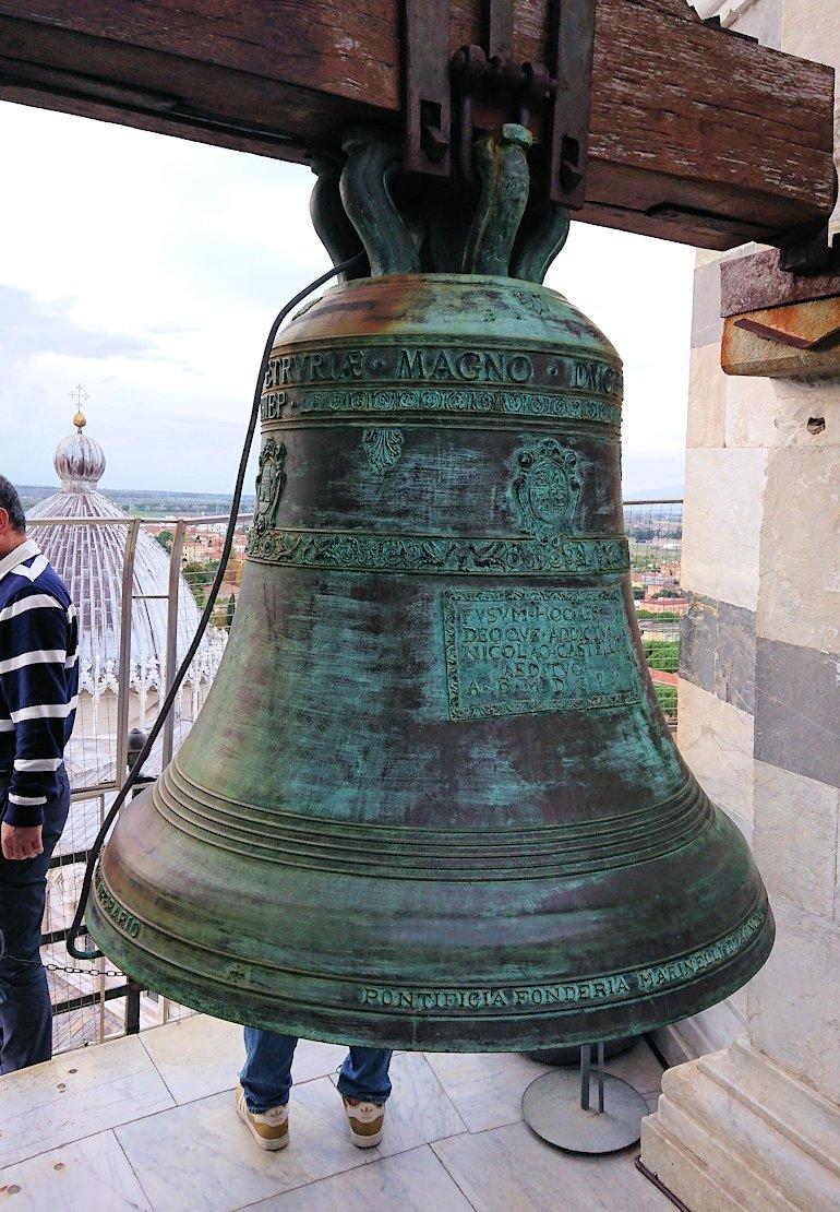 ピサの斜塔の鐘のアップ