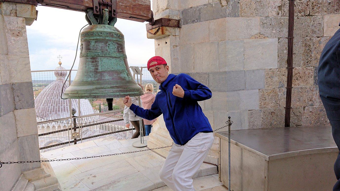 ピサの斜塔の鐘を叩く男