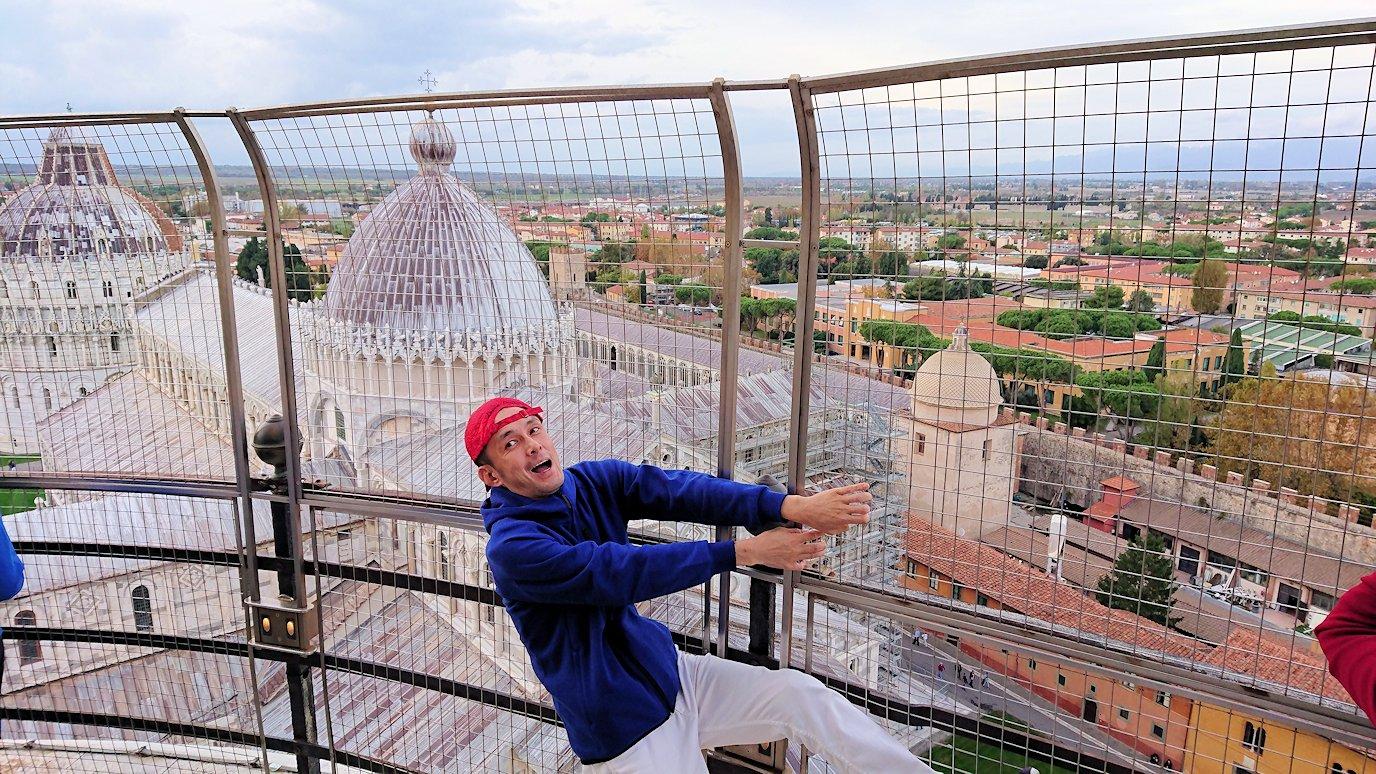 ピサの斜塔の頂上ではしゃぐ男