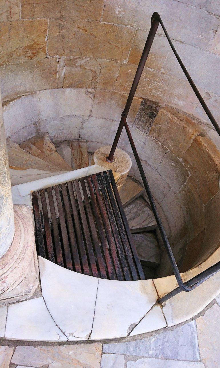 ピサの斜塔の頂上の階段