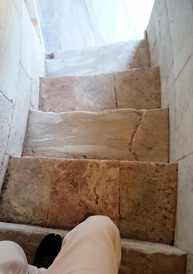 ピサの斜塔の下りの階段