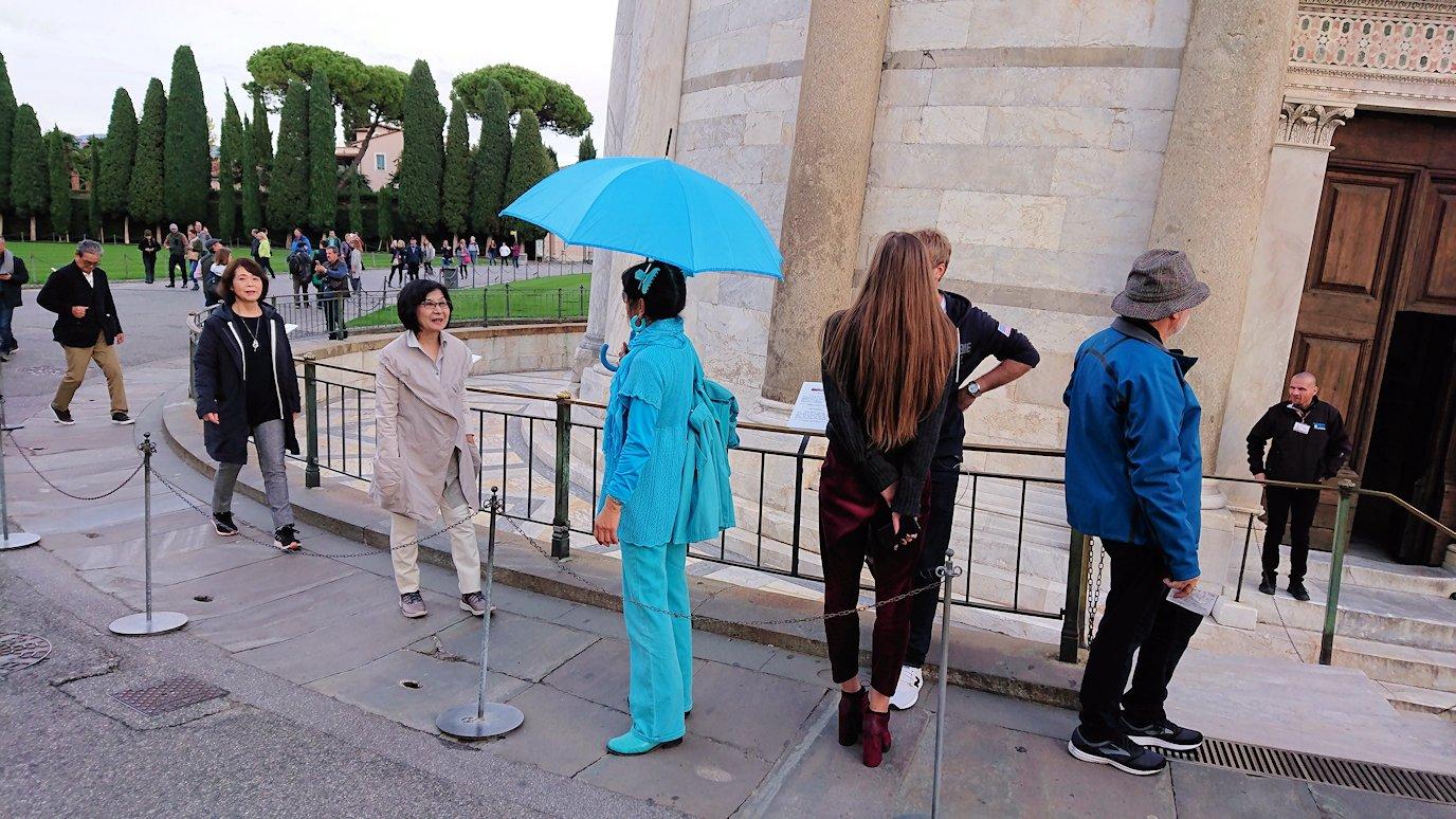 ピサの斜塔下で見かけた全身ブルー色のガイドさん