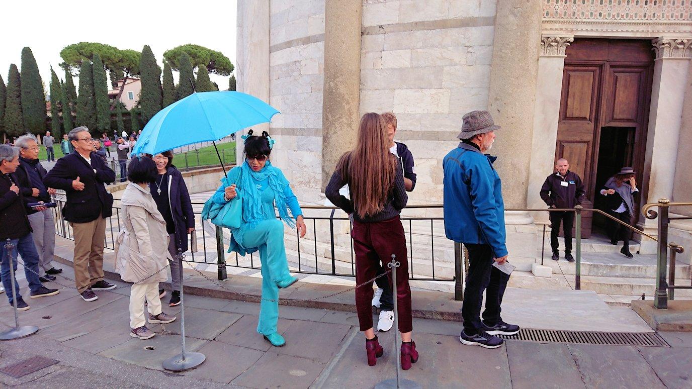 ピサの斜塔下で見かけた全身ブルー色のガイドさん2