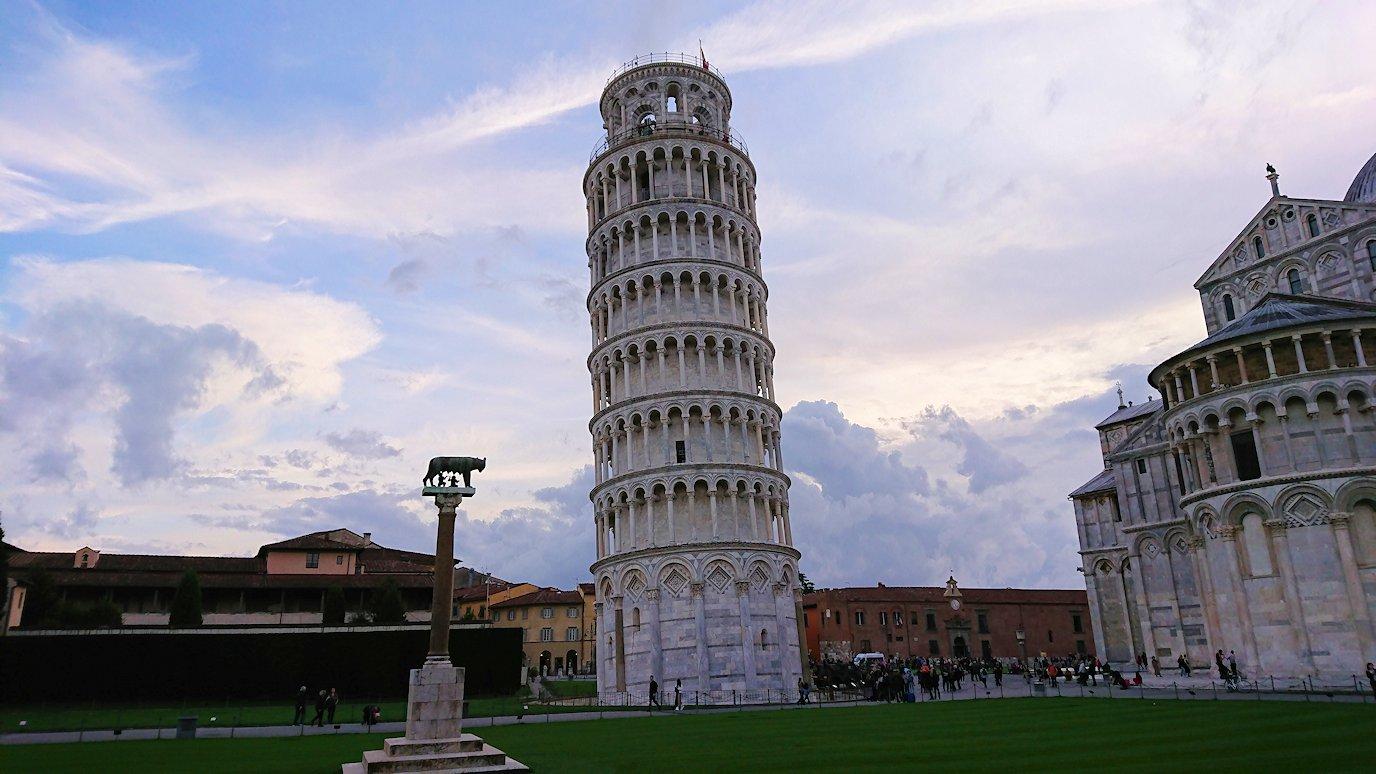 夕暮れに染まるピサの斜塔を満喫