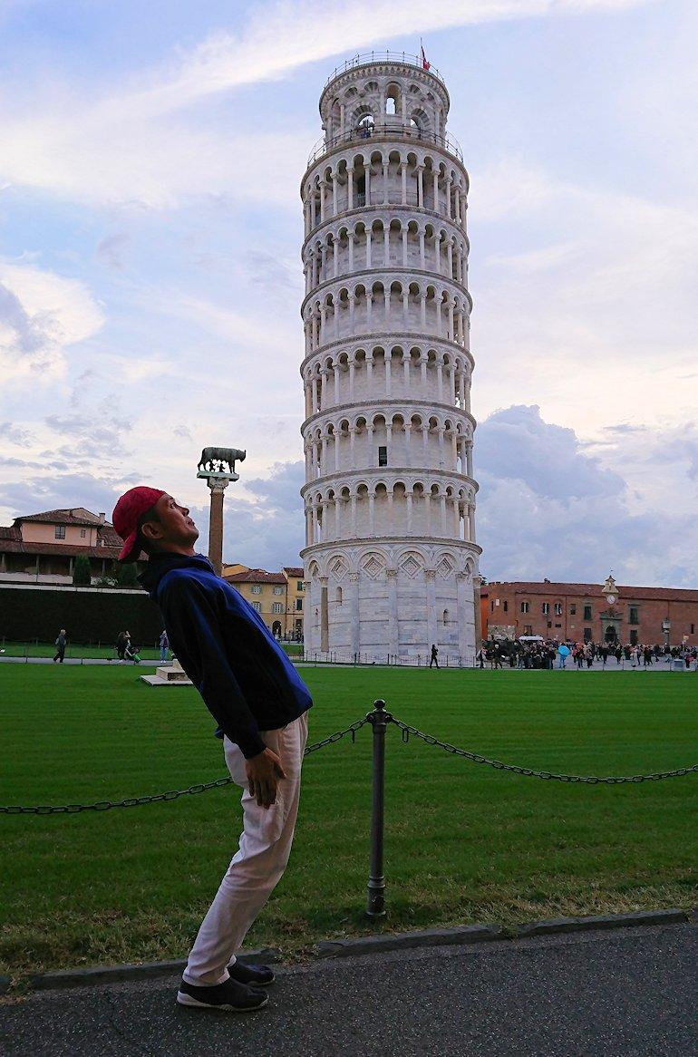 ピサの斜塔を見上げる