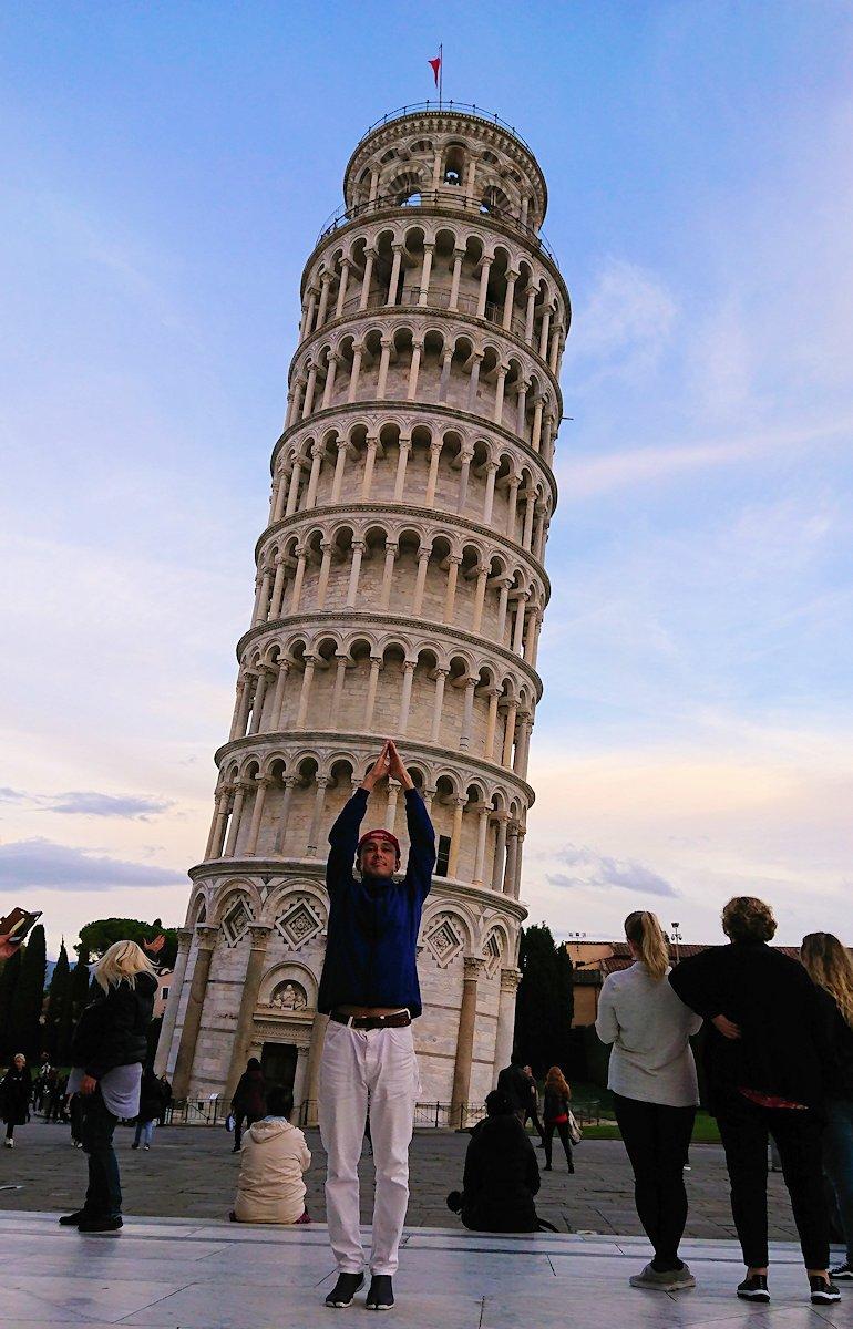 ピサの斜塔前で記念撮影