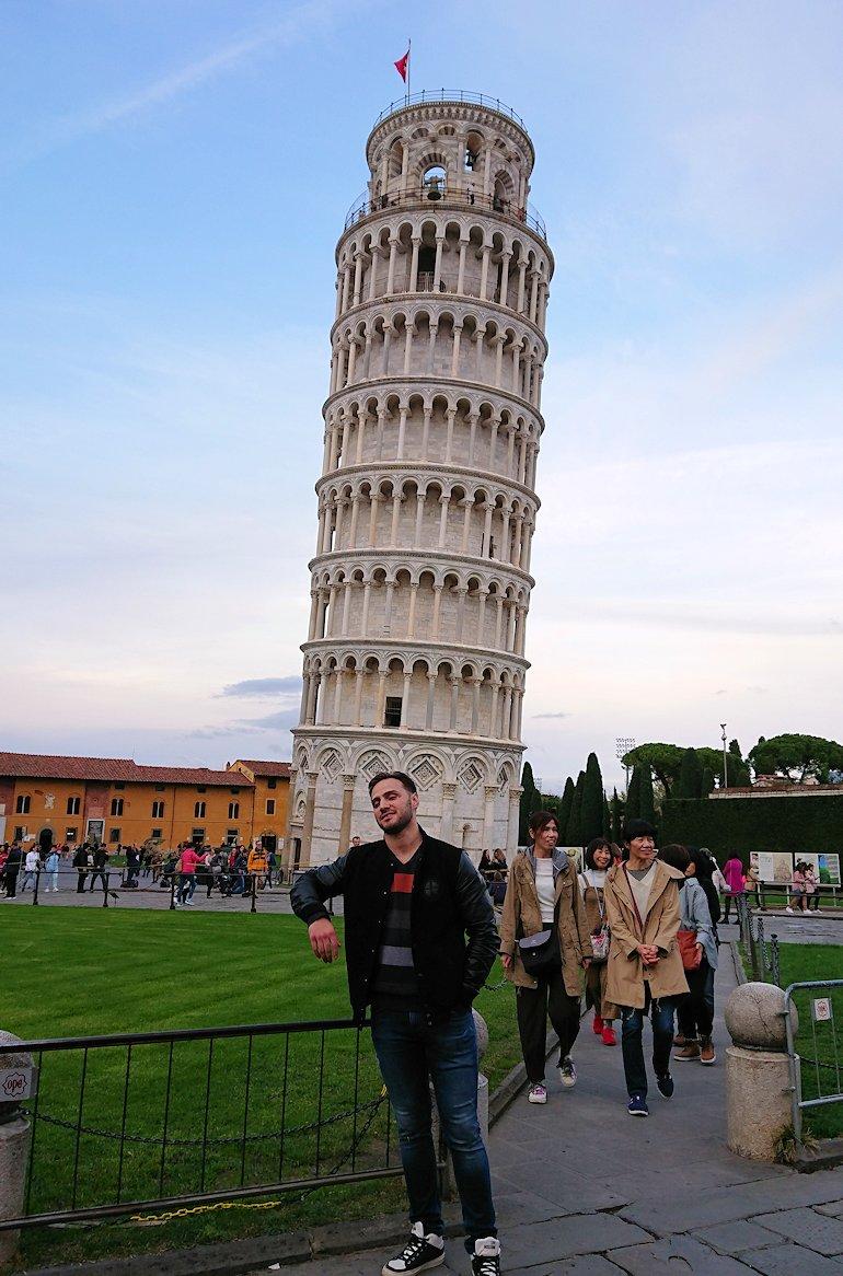 ピサの斜塔前で記念撮影する3人達