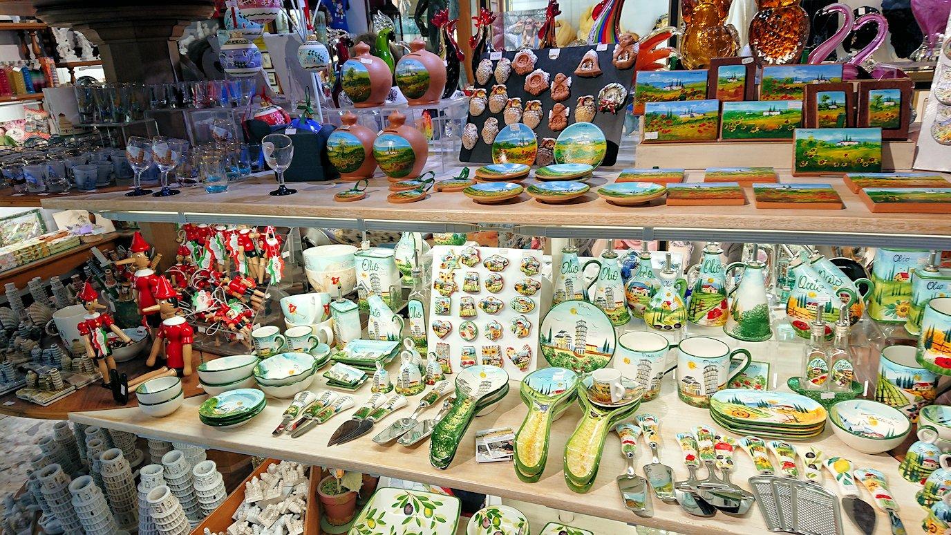 ピサの大聖堂広場にあるお土産物屋さんの店内