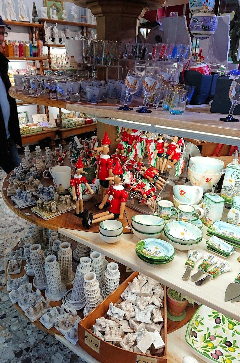 ピサの大聖堂広場にあるお土産物屋さんの店内2