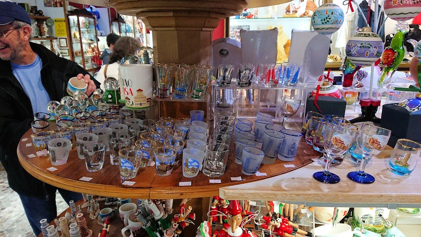 ピサの大聖堂広場にあるお土産物屋さんの店内3