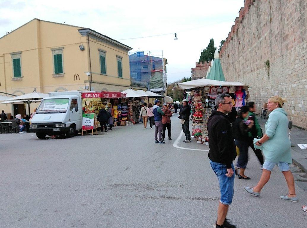 ピサのドゥオーモ広場を出る
