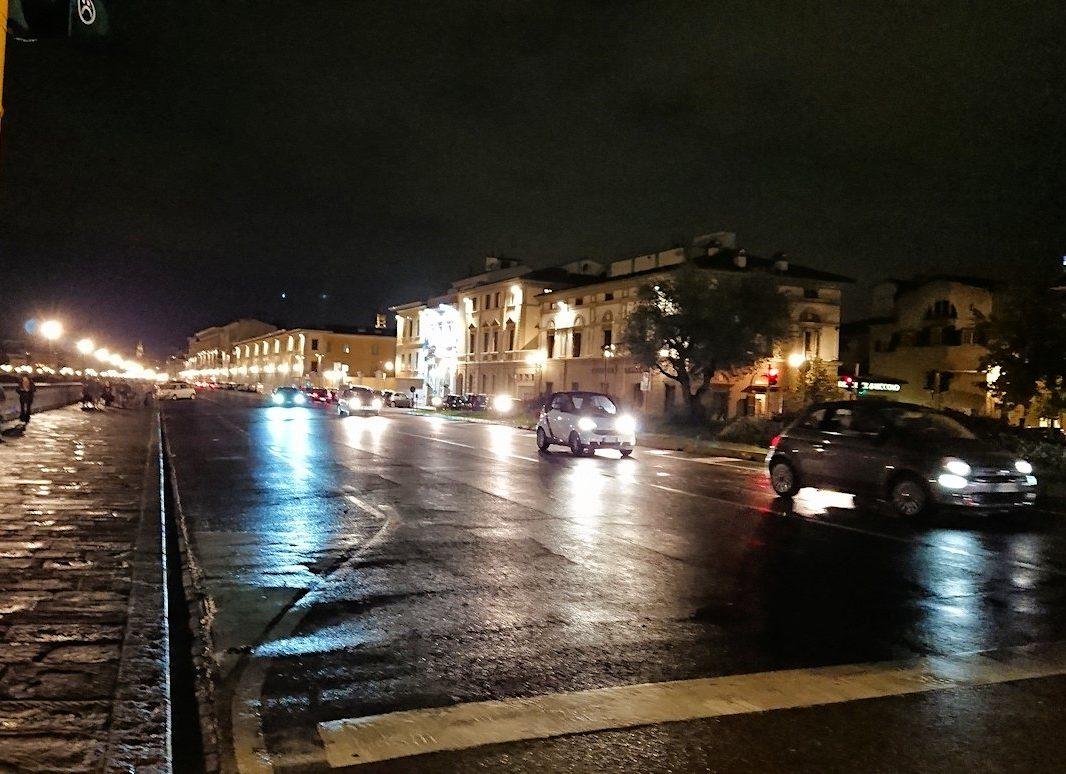 フィレンツェの夜の道路