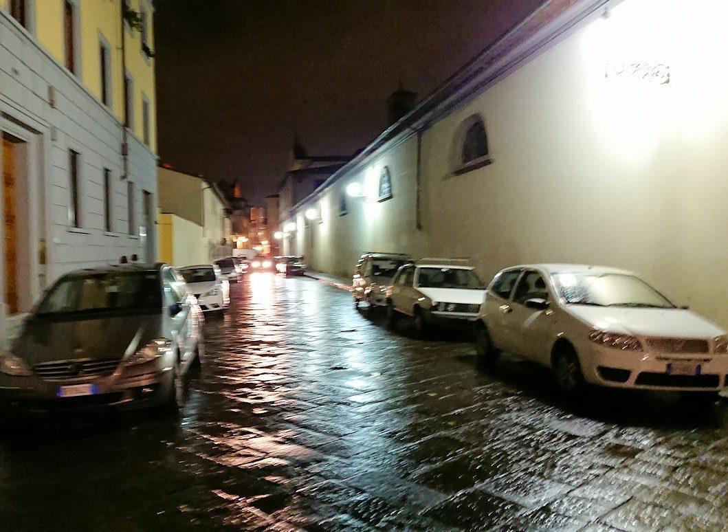 フィレンツェの夜の街並みを歩く