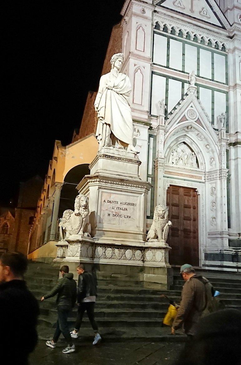 フィレンツェの夜のサンタクローチェ教会