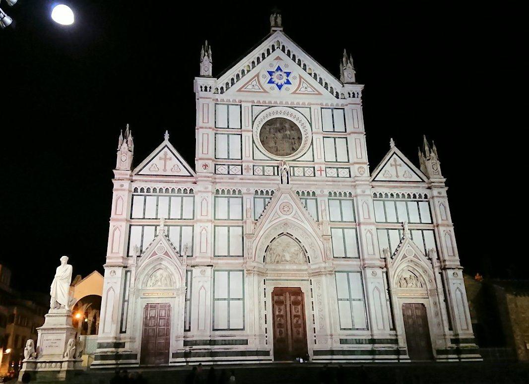 フィレンツェの夜のサンタクローチェ教会の正面