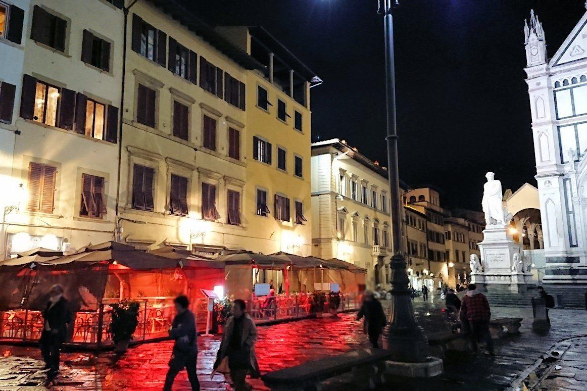 フィレンツェの夜のサンタクローチェ広場
