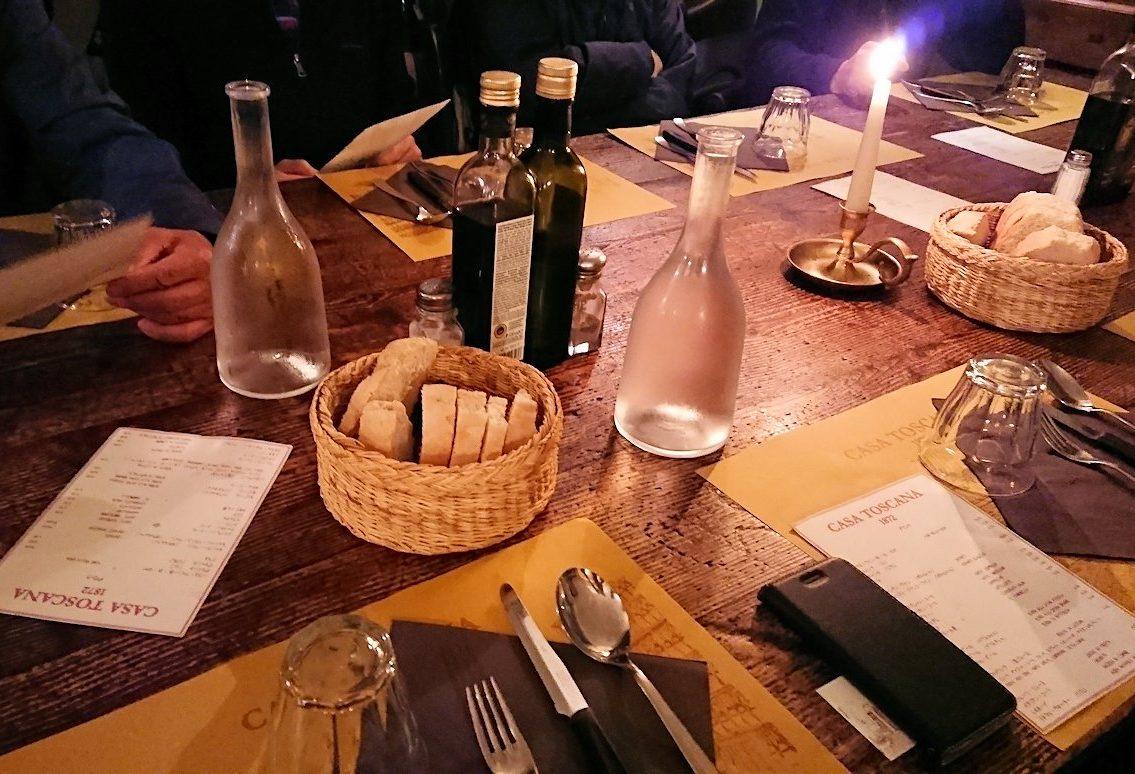 フィレンツェのレストランのテーブル
