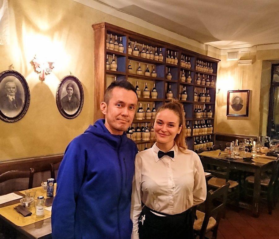 フィレンツェのレストランの美人ウエイトレスさんと記念写真を