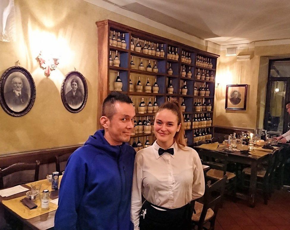 フィレンツェのレストランの美人ウエイトレスさんと記念写真を2