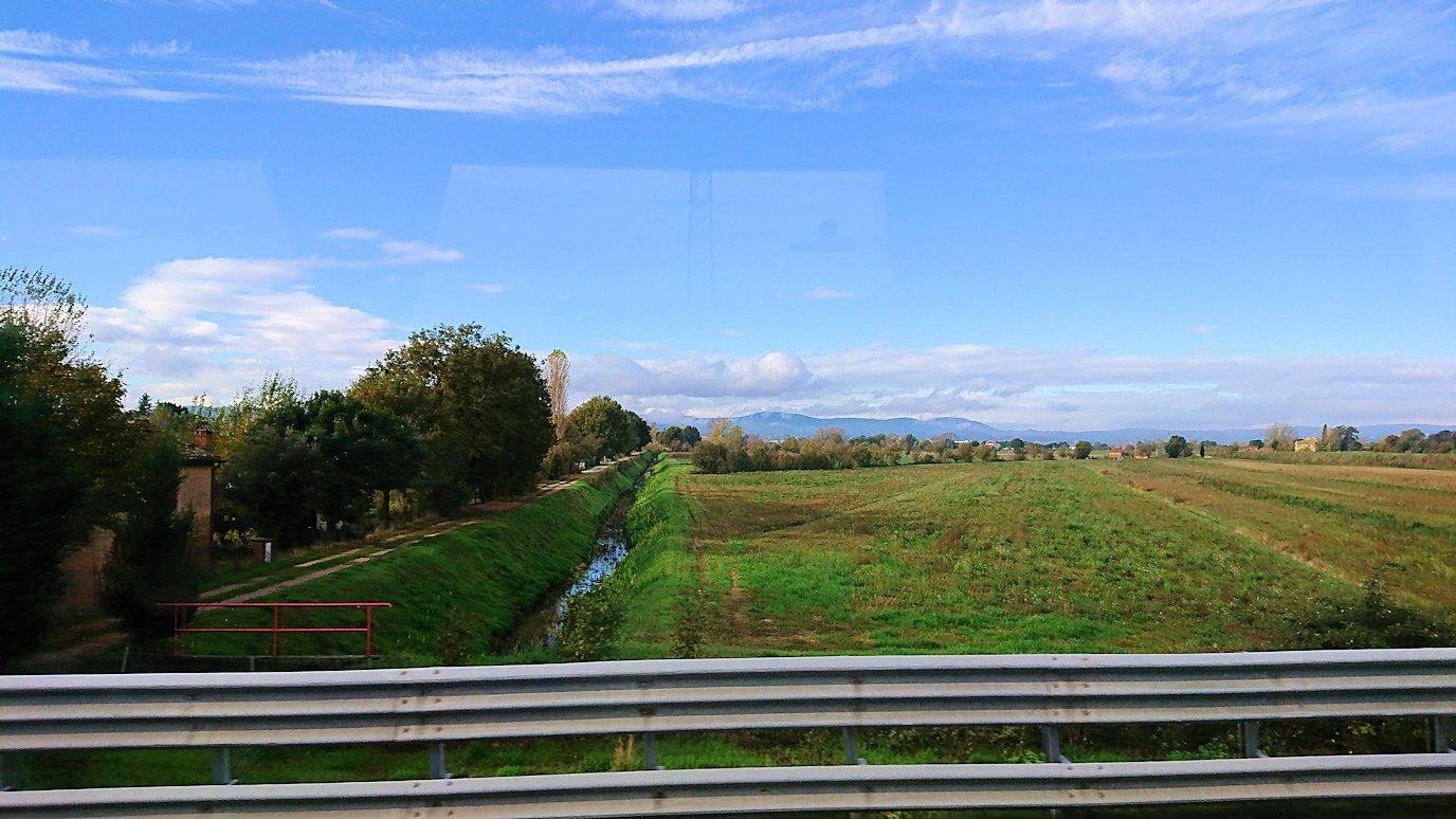 フィレンツェからローマへ向こうバスの中から見た景色4