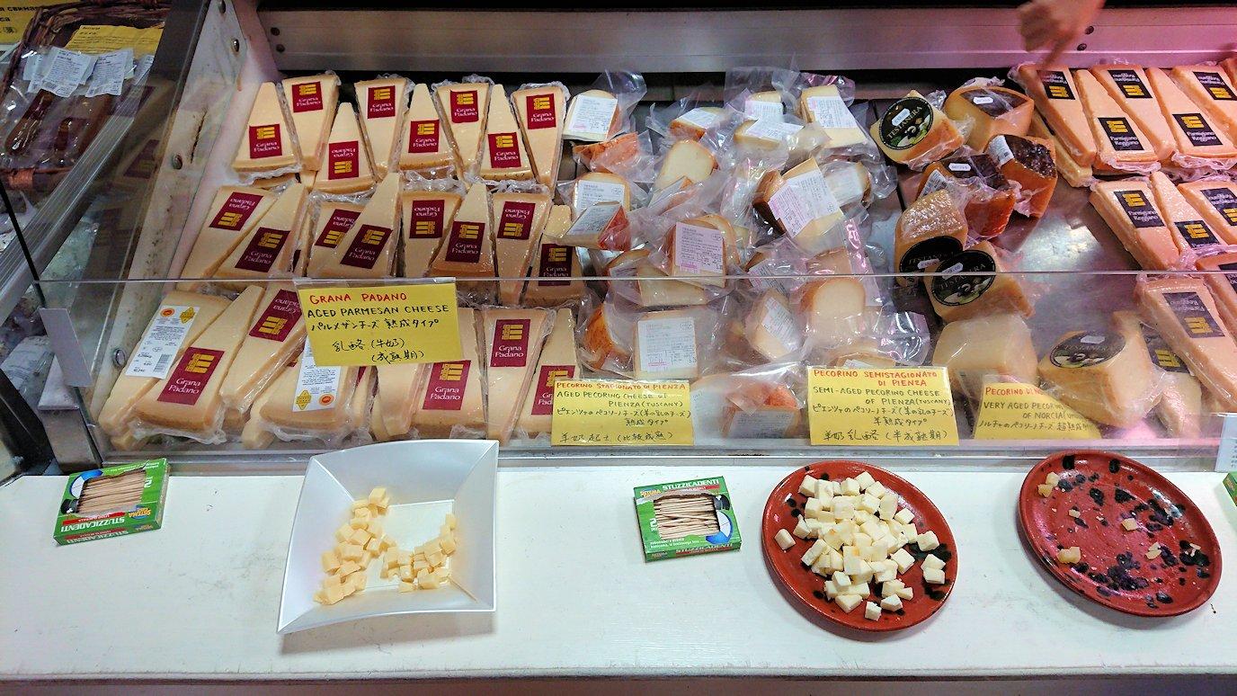 フィレンツェからローマへ向かう途中のお土産物屋のチーズ