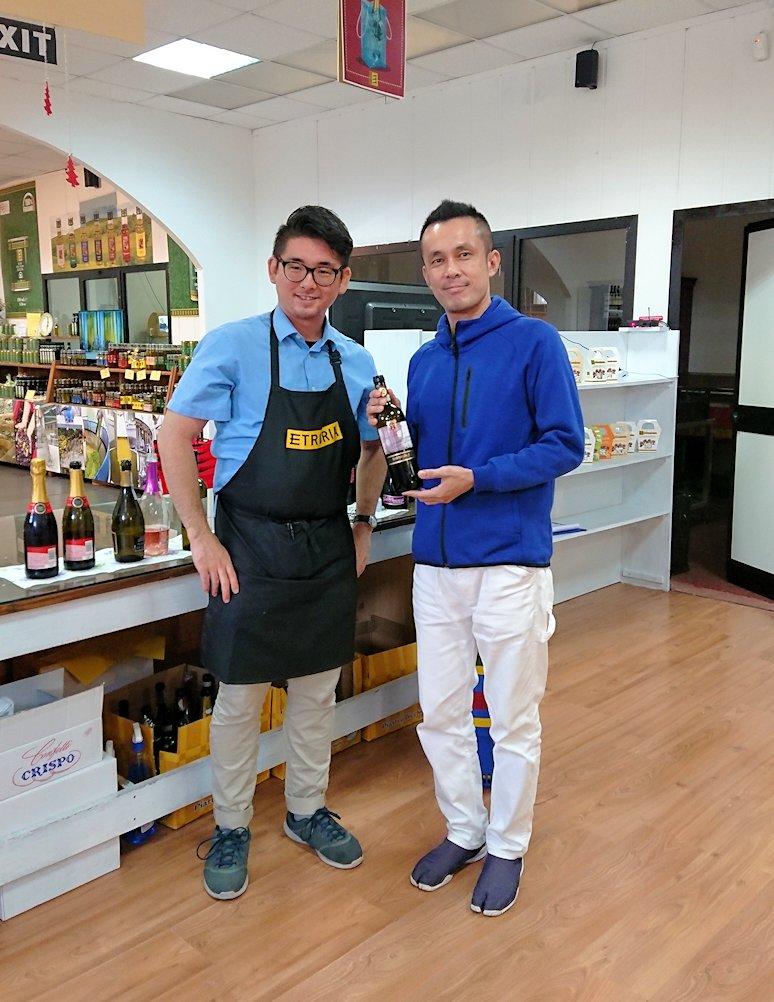 フィレンツェからローマへ向かう途中のお土産物屋のワイン販売の大阪人と記念撮影