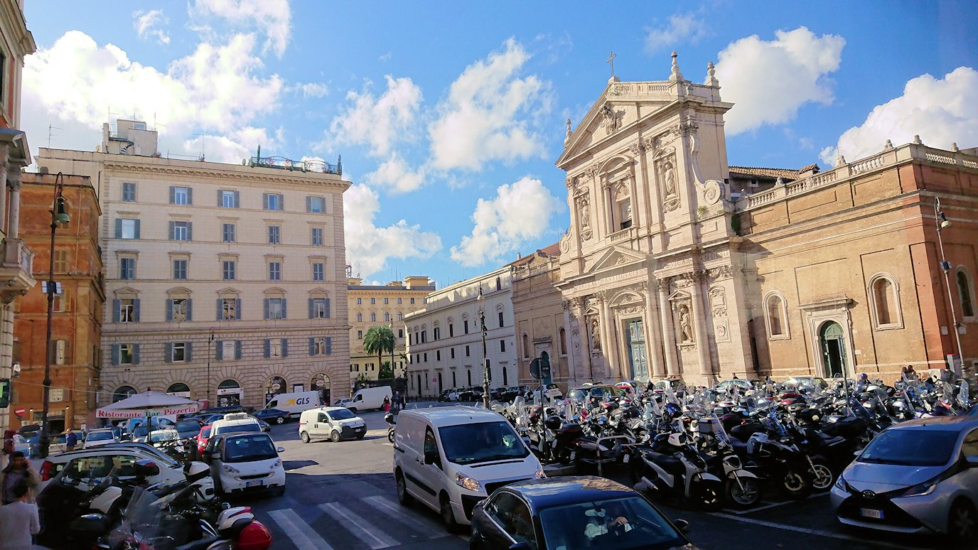 ローマ市内をバスから見た街並みの風景3