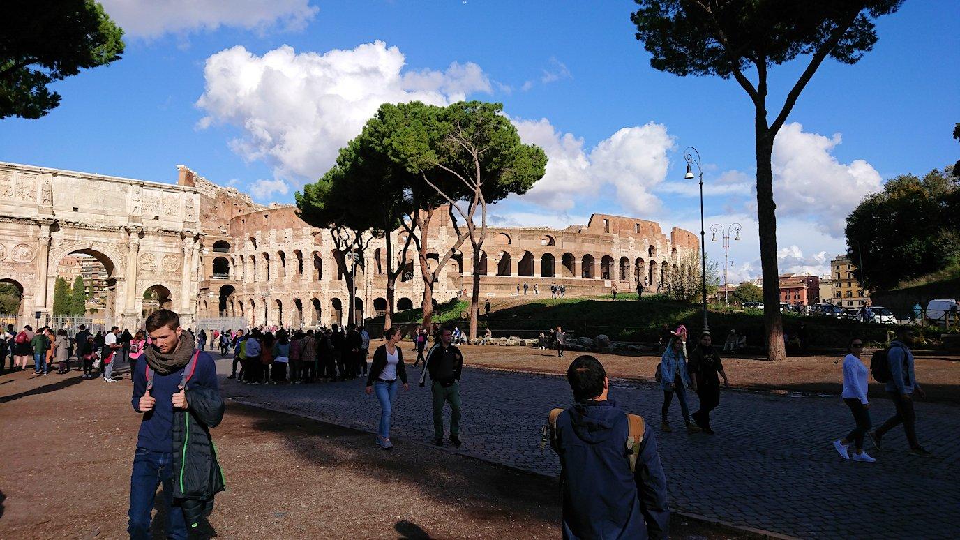 ローマ市内でバスを降りてコロッセオを見る