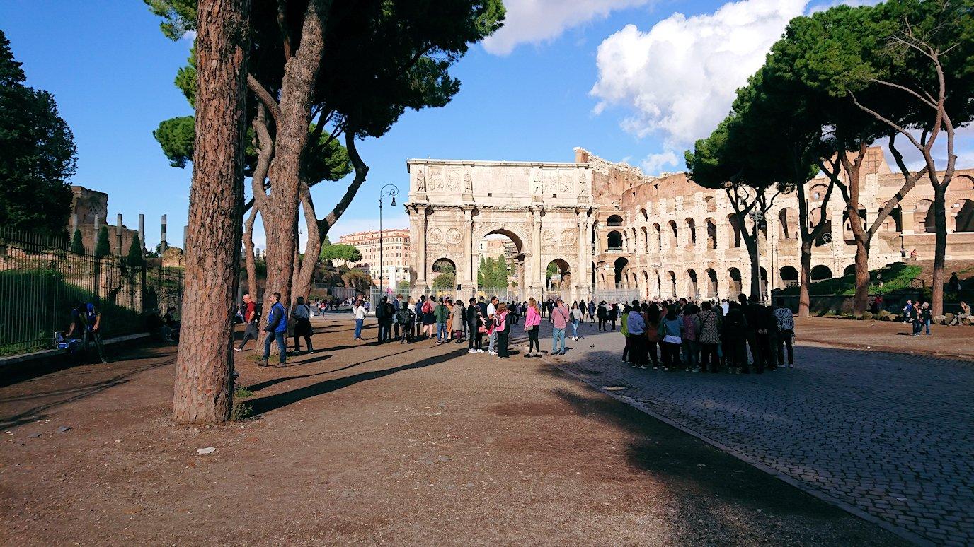 ローマ市内でバスを降りてコロッセオを見る2