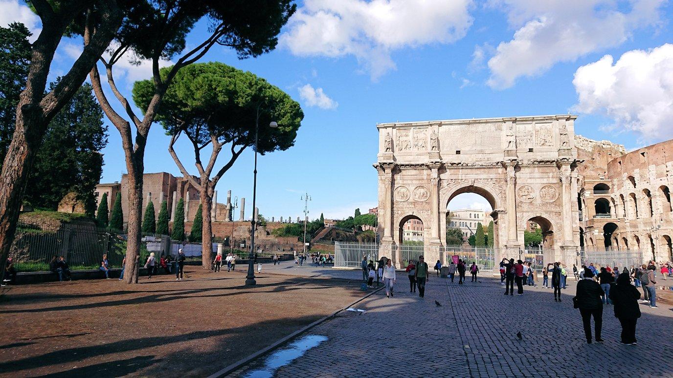 ローマ市内でバスを降りてコロッセオを見る3