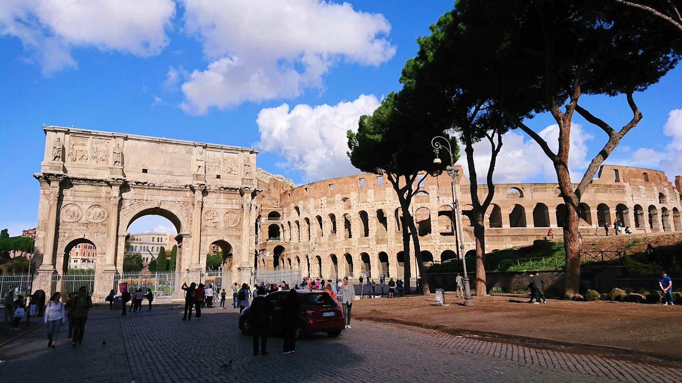 ローマ市内でバスを降りてコロッセオを見る4