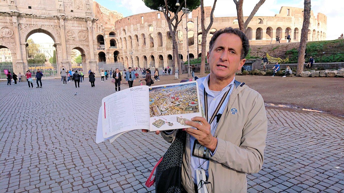 コロッセオを前に説明する現地ガイドさん2