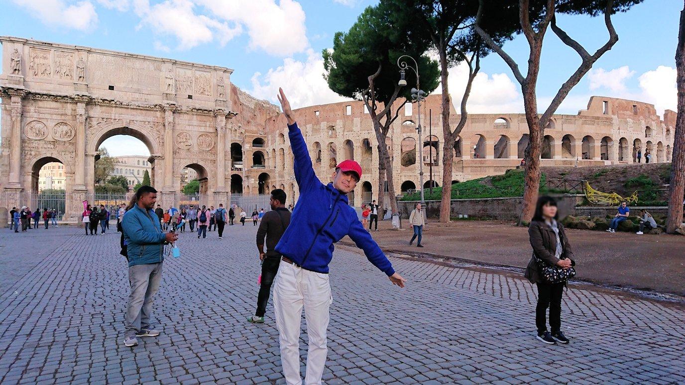 コロッセオを前に記念撮影する