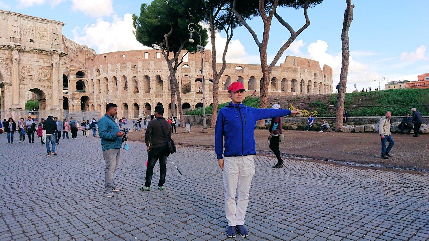 コロッセオを前に記念撮影する2