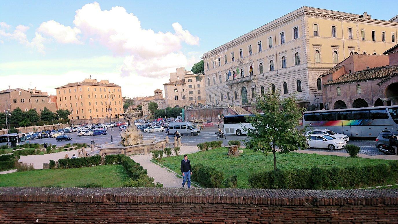 ローマ市内をバスで通り真実の口がある教会前を通る