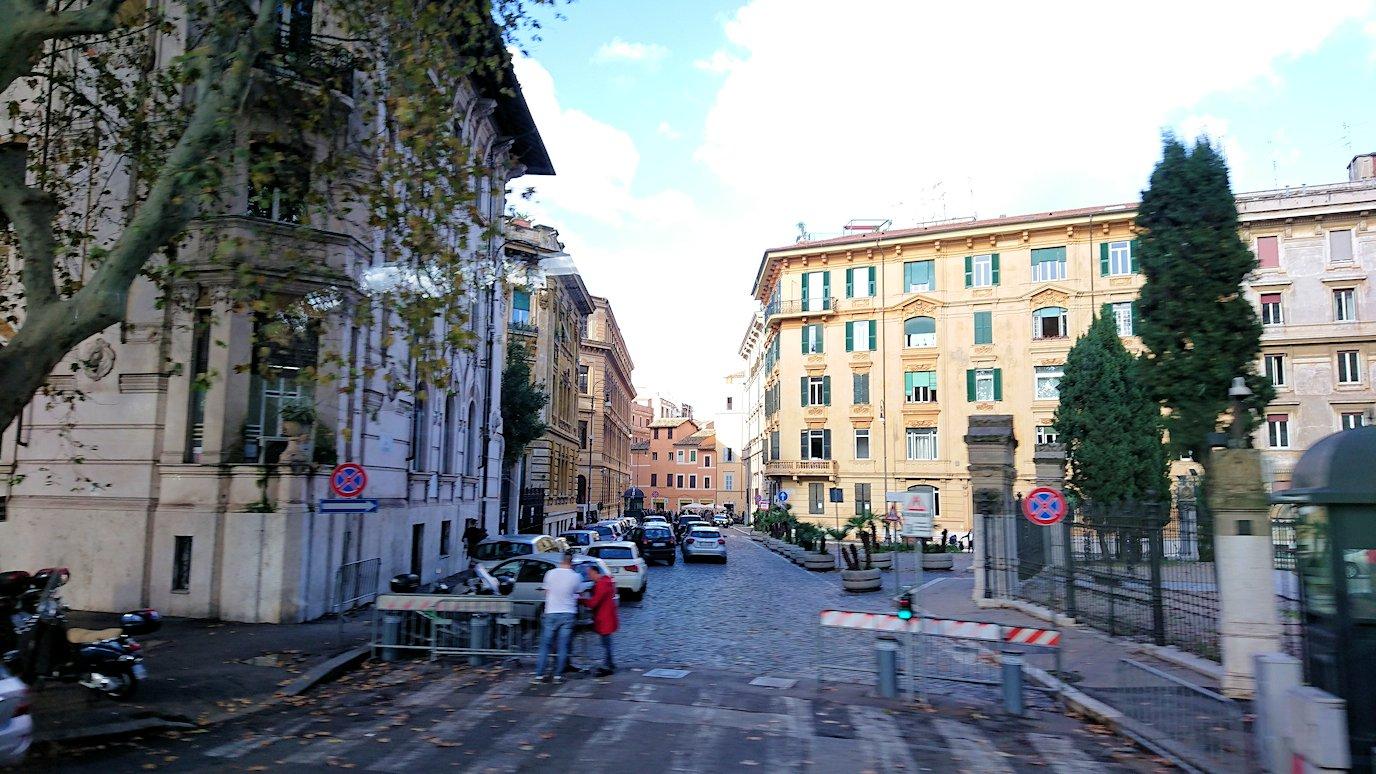 ローマ市内をバスでバチカン市国へ向かう道中