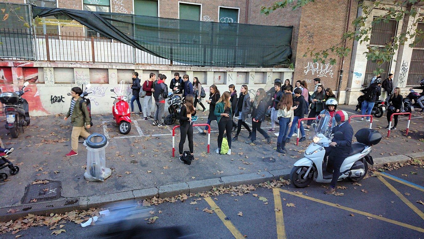 ローマ市内をバスでバチカン市国へ向かう道中に見た学生たち
