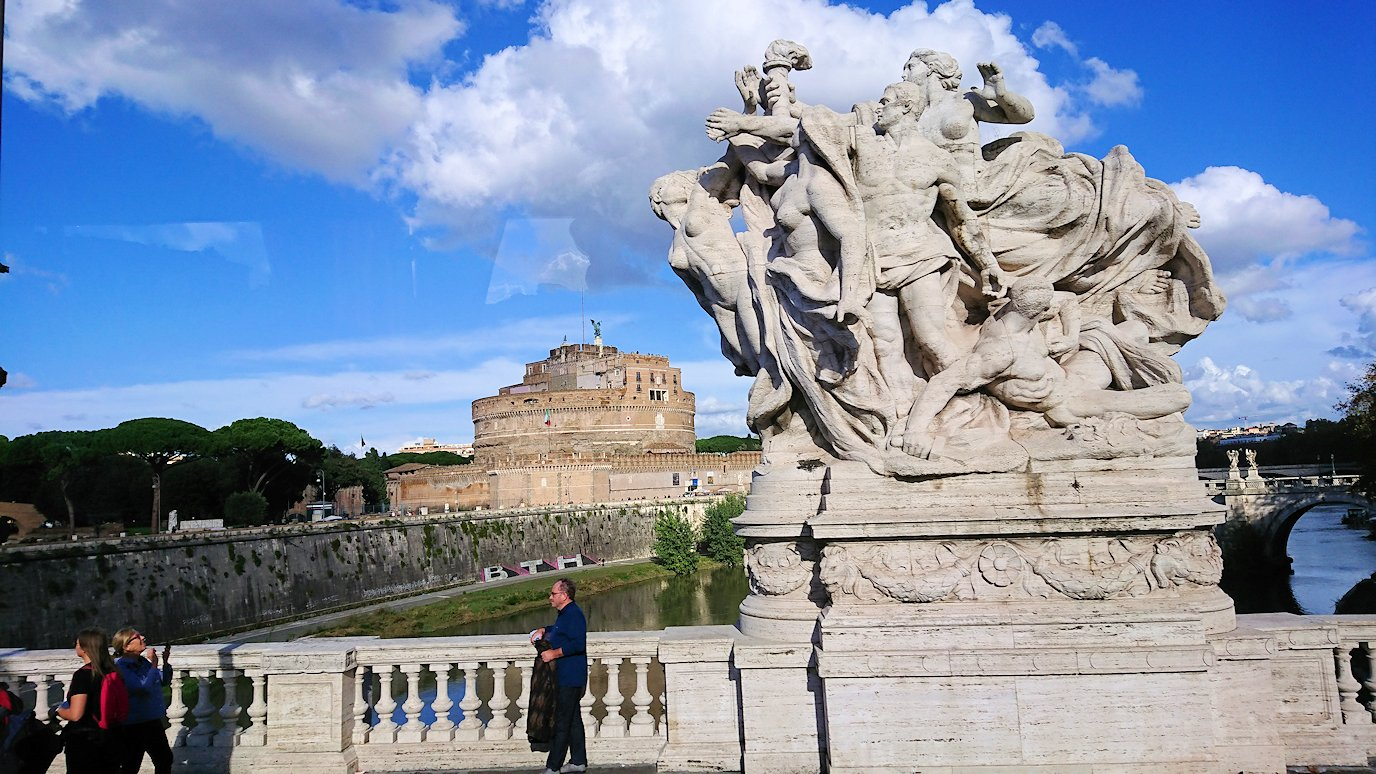 ローマ市内のサンタンジェロ橋の風景