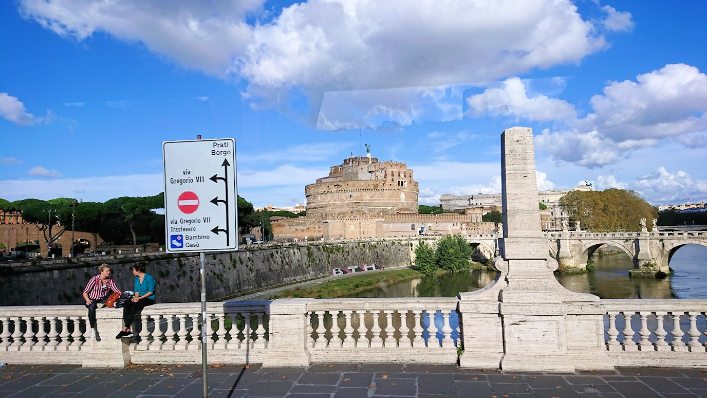 ローマ市内のサンタンジェロ城の風景